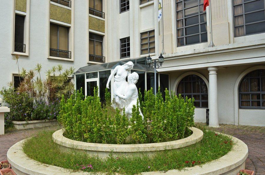 商務中心,窗外則是陽台花園,結維納斯雕塑的花圃,同樣十分歐風。