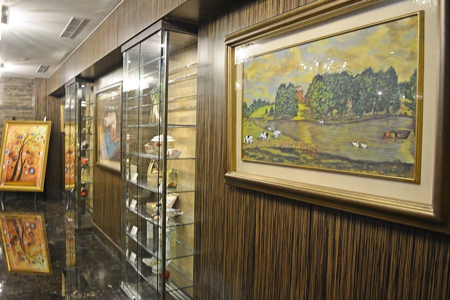 酒店一二館之間的通道,就像一間藝廊,陳列著苗栗在地藝術家的畫作雕塑,以及結合文創...