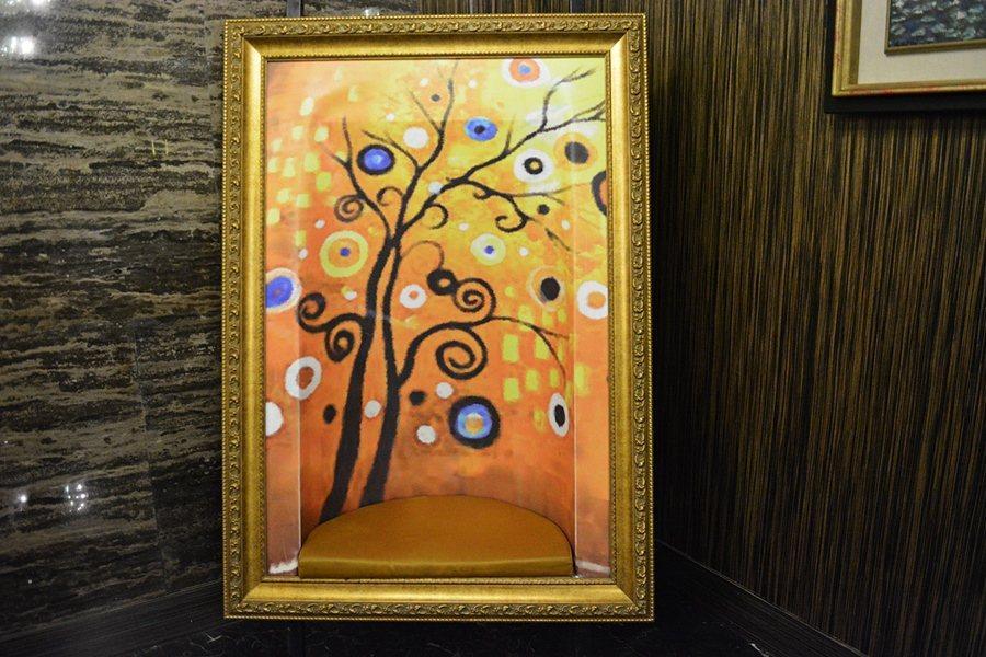 酒店一二館之間的通道,一幅有趣的仿Klimt風格的一張畫作,其實它是一張椅子,畫...