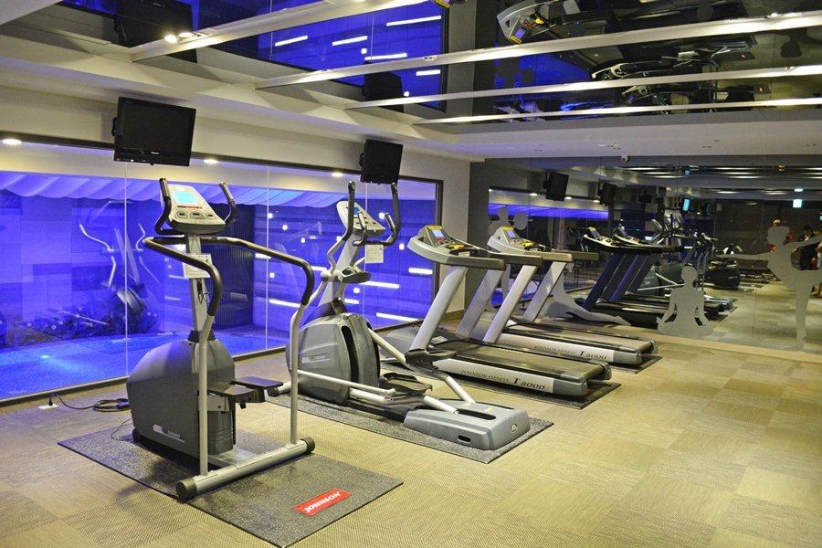 寬敞而設備齊全的健身房。