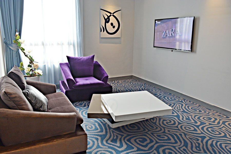 二館呈現的是時尚都會風,設計師運用了Deco Art的時尚元素和不同色調的LED...