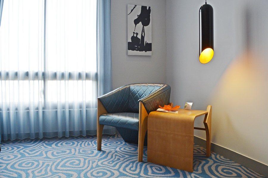 二館每間客房就像Design Hotel設計旅店, 從吊飾到鵝頸式的床頭燈,甚至...