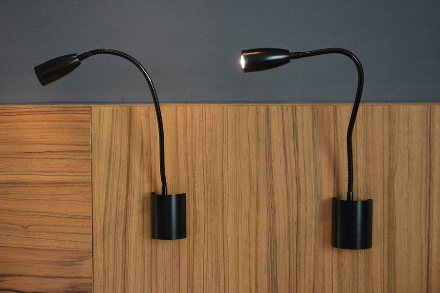 二館客房鵝頸式的床頭燈。