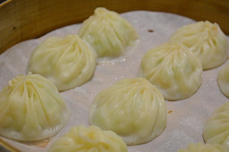 苗栗兆品「品江南」招牌點心「黃金18摺絲瓜湯包」。