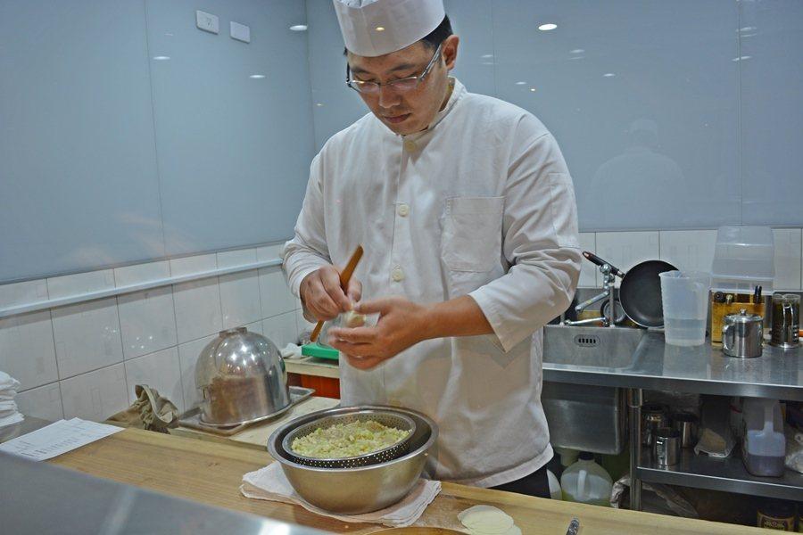 點心主廚陳畊親手做出有18摺的絲瓜湯包,肉包更可以達到20摺。