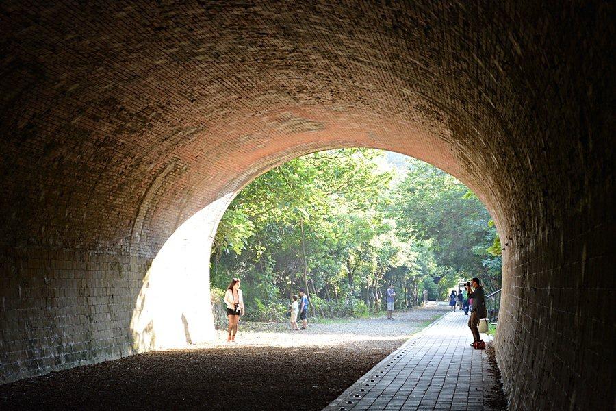 兆品酒店也推薦房客,可前進神隱風的「崎頂母子隧道」,現被規畫建造成文化園區,有步...