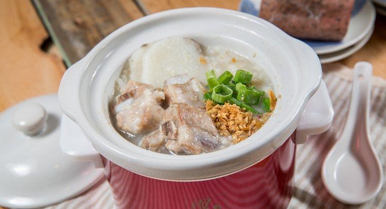 採用陶瓷內鍋,帶著中式風格的小燉鍋,煮1人份湯或粥剛剛好,圖為山藥排骨粥。