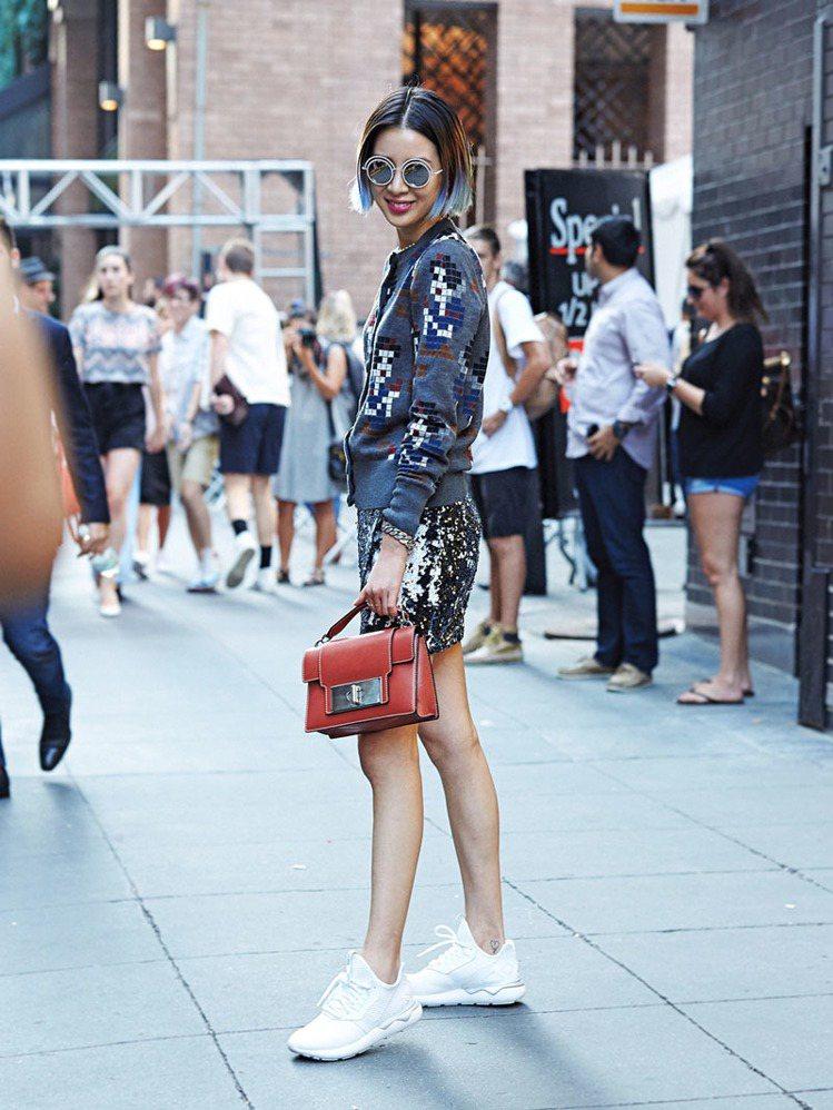 Marc Jacobs 2016 ss秀場外遇到韓國模特兒Irene Kim。圖...