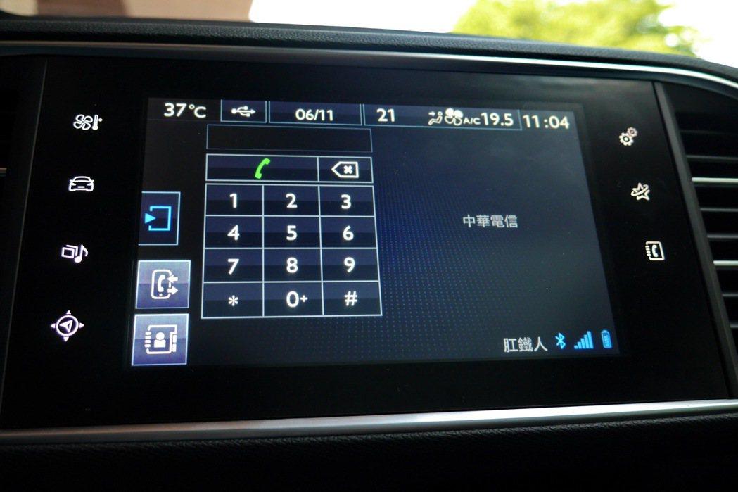 藍芽配對功能可以確保駕駛人在行車過程不需持手機仍可通話。 記者陳威任/攝影