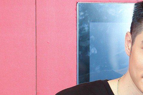 周湯豪一出道就受到經紀公司、唱片公司力捧,不過最近他轉型當DJ,還讓媽媽比莉當經紀人,11月初周湯豪接到一檔活動是在派隊上擔任客座DJ表演,不過該活動主打的是韓國正妹女DJ Sada,讓比莉對此感到...