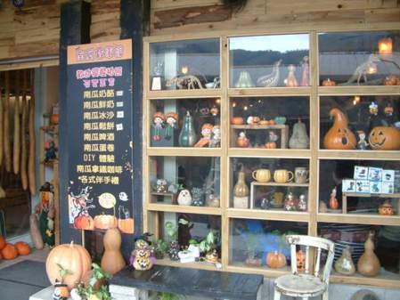 櫥窗展示各種南瓜及萬聖節周邊商品。