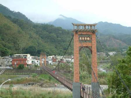 在二樓開放式庭院享受午後時光還能欣賞康濟吊橋的溪畔風情。