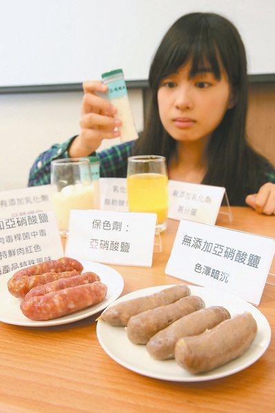 食藥署參考國際新趨勢,重新擬定食品添加物分類項目,並調整使用範圍及標準。圖左方香...