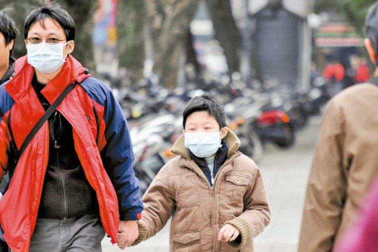 許多民眾會戴口罩防空汙,以為「有戴有保佑」。 報系資料照
