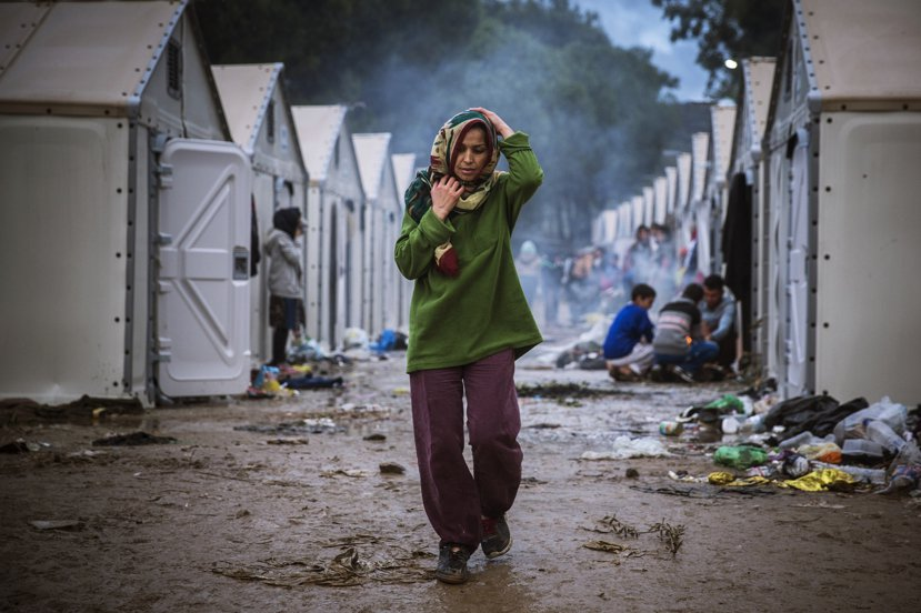 在惡劣的跋涉過程中,女性難民必須在資源與衛生條件缺乏的情況下,面對經期來潮間的不...