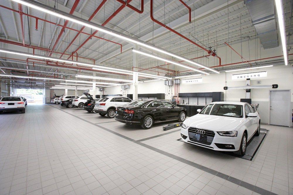 全新「Audi土城全功能服務中心」服務區共設置多達8個專屬工作車位,提供車主更完...