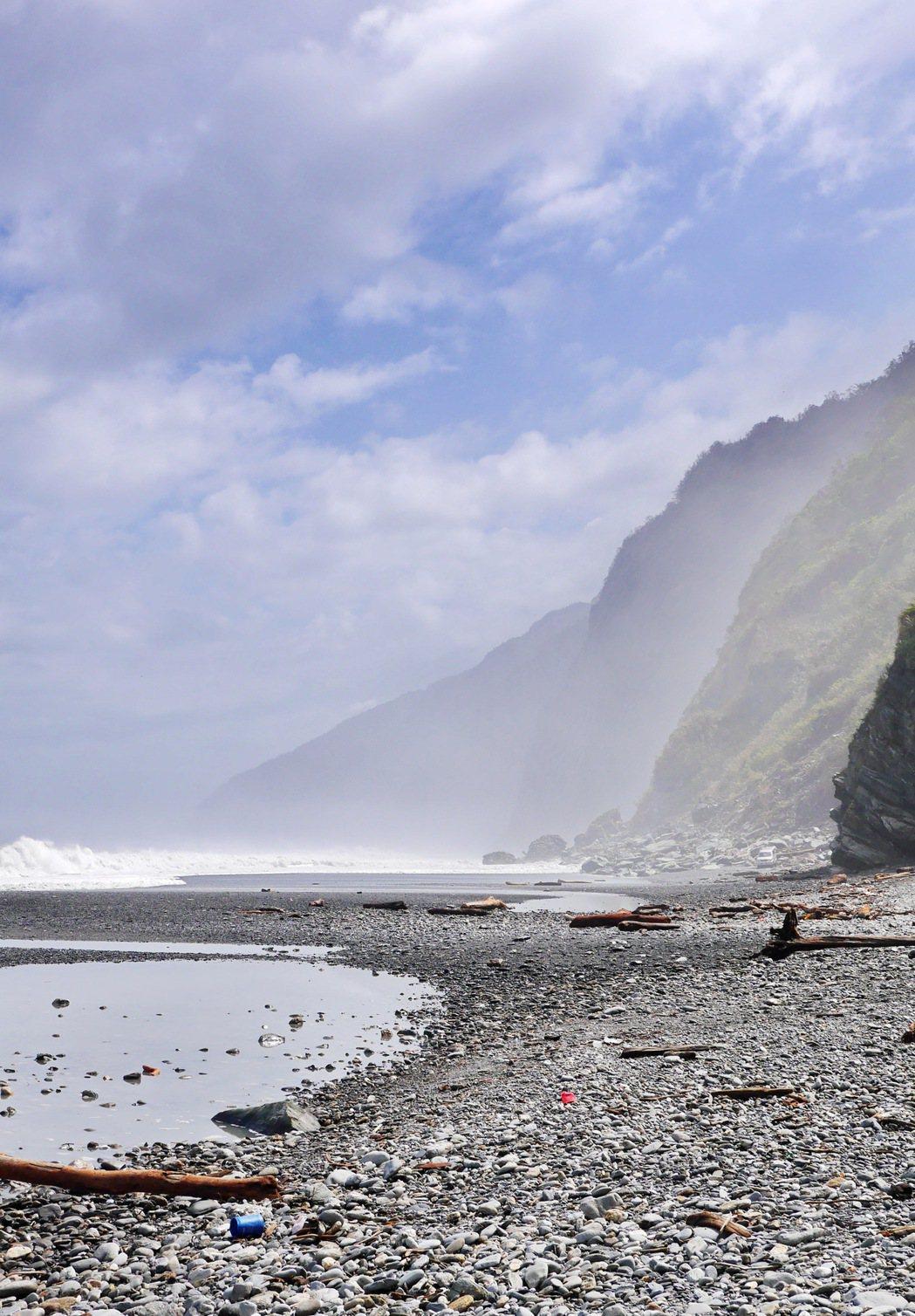 神秘海灘可以同時欣賞海景及山景。 記者陳威任/攝影