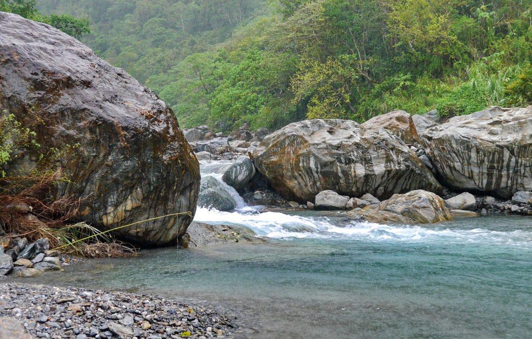 鹿皮溪的溪水呈現碧綠色,相當適合遊憩。 記者陳威任/攝影
