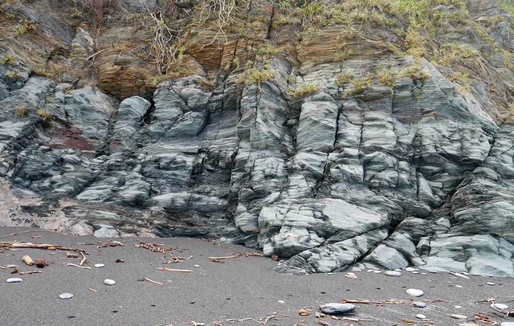 神秘海灘沿路可以看到特殊色彩的石壁。 記者陳威任/攝影