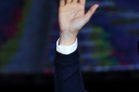 韓星宋承憲昨(31)日在台北國際會議中心舉辦出道20年來首次的台灣見面會,也是相隔4年再訪台,昨他一上場就演唱英文歌「Nothing gonna change my love for you」,雖然...