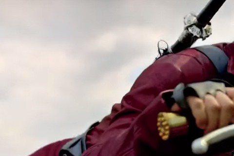 吳彥祖主演的美劇《Into The Badlands》即將於下個月在美國播出,在曝光的預告中 片中吳彥祖騎重機耍劍玩刀,一展拳腳功夫,帥呆啦!