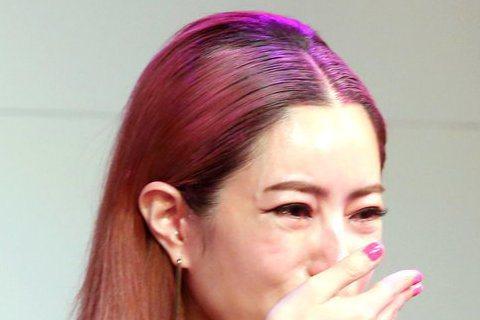 徐懷鈺哭哭又變臉....噓小編今晚跟著一群YUKI迷陪這位「平民天后」同歡,沒想到YUKI一會哭到妝險花,一會又尷尬笑場,到底是誰惹得她又哭又笑,讓我們繼續看下去........Yuki徐懷鈺Yuk...