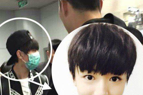 在中國大陸人氣火紅的男團TFboys,昨(4日)TFboys隊長王俊凱現身中國蕭山機場,許多粉絲為了一睹明星風采,紛紛在機場圍堵推擠,但因為粉絲人數眾多,竟把機場的玻璃給擠破,許多人還因此被玻璃割傷...