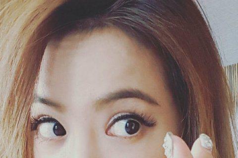 天后蔡依林今晚將在上海簡單生活節開唱,下午她先在微博發文預告,只見她秀出一雙圓滾滾的大眼睛,做出南韓流行的愛心手勢,並寫道:「愛愛愛不完~ Simple life in Shanghai!」Joli...