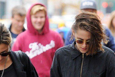 最近在拍攝伍迪艾倫新片的暮光女克莉絲汀史都華(Kristen Stewart),閒暇之餘和朋友上街,戴墨鏡低著頭,雙手插口袋的她依舊酷酷的,不過比起走在街上的明星,在她一旁有位只露出背影的大叔更引人...