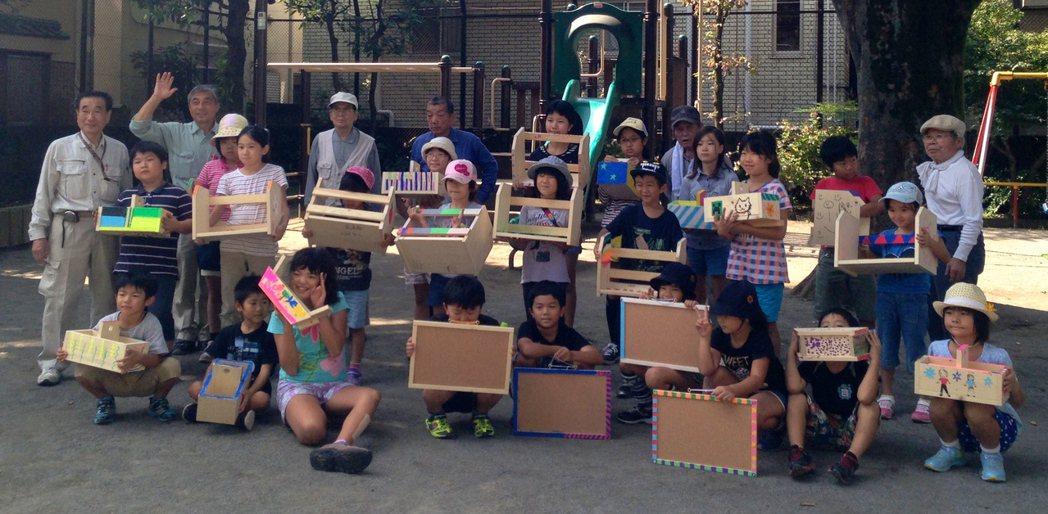 日本老人教導與學童木工,老人小孩一起玩木頭。 記者雷光涵/攝影