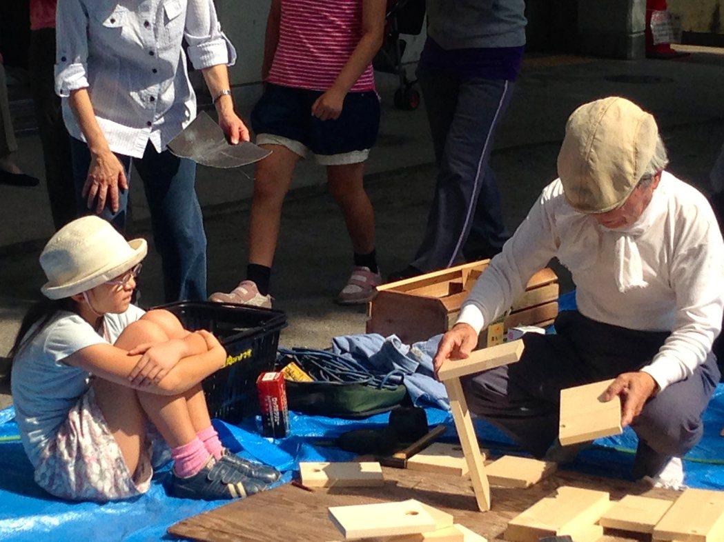 日本老人教導學童木工,老人小孩一起玩木頭。 記者雷光涵/攝影
