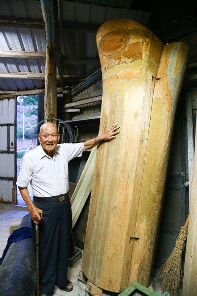 高齡一百零二歲的陳金龍精通木工,是馬祖知名的棺材師傅,採訪當天應邀帶採訪團隊前往...