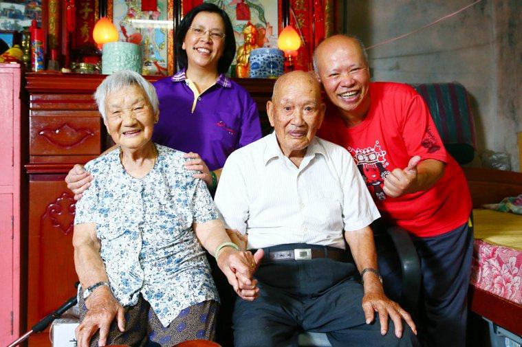 高齡一百零二歲的陳金龍(右二)原居北竿芹壁,小時候父母雙亡,為了討生活輾轉奔波到...
