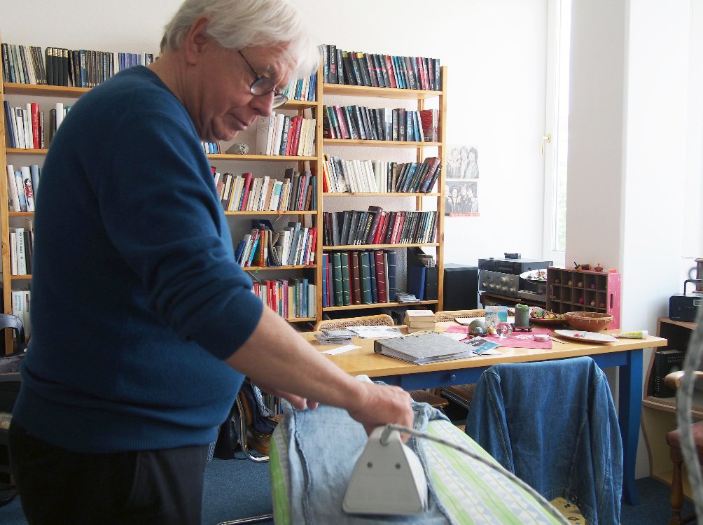 Wolfgang六十八歲,光看到滿櫃書架及熨燙一半的牛仔褲,就知道他嚴謹有學問,...