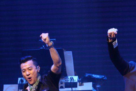 「男人幫」成軍以來首場大型演出獻給台灣,共演唱23首經典歌曲,千名歌迷捧場,開場4人演唱主題曲「男人幫」,接著演唱「光輝歲月」,而經典歌「男人不該讓女人流淚」幾首經典中,他們認為改編BEYOND的歌...