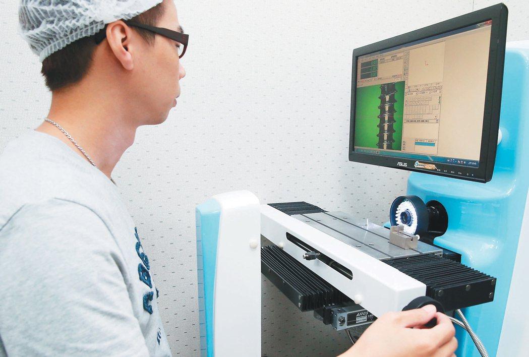 愛派司生技品質檢測。 記者陳易辰/攝影