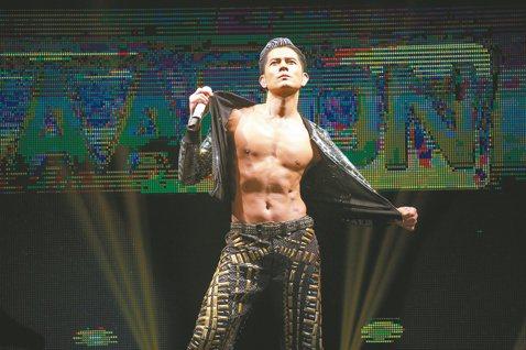 剛滿50歲的郭富城,日前赴新加坡舉行「舞臨盛宴」演唱會,不老男神如他,不禿、不肥,肌情四射、狀態滿格,在演唱「飛」時,還跳起脫衣舞、解開外套拉鍊,秀出巧克力腹肌,引起粉絲瘋狂尖叫,但他馬上招認,「最...