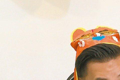 孫樂欣和鍾欣怡1日為愛女小乖辦抓週,小乖左顧右盼,最後選了計算機、電腦和顯微鏡,夫妻倆說,對女兒未來發展不設限,只盼女兒未來樂觀善良,而鍾欣怡有女萬事足,她和女兒玩遊戲太投入,竟遭樓下鄰居抗議,對方...