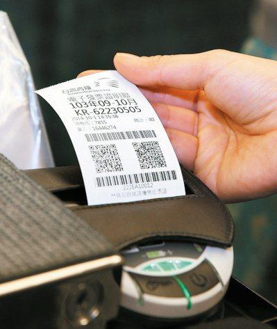 消費時索取無紙電子發票好處多。 報系資料照