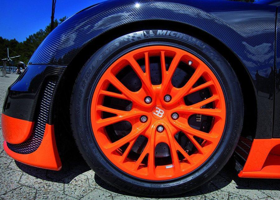 Bugatti Veryon Super Sport超跑一整組輪胎的價格約108...