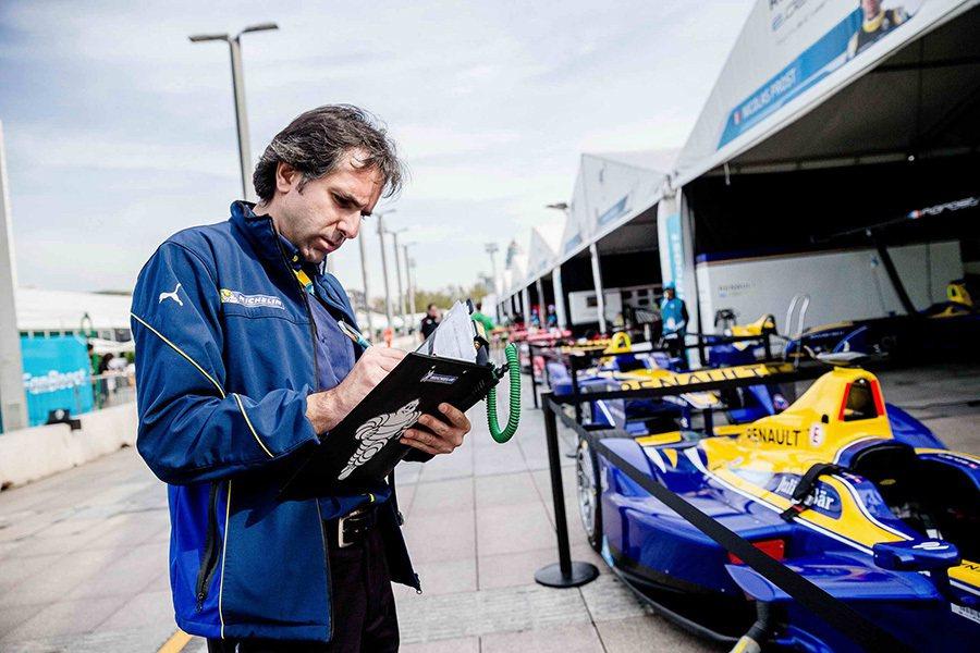 MICHELIN Motorsport專業技術團隊的工作人員,於比賽期間仔細...