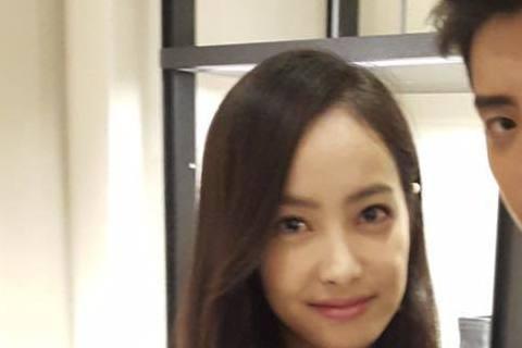 王大陸飾演電影「我的少女時代」徐太宇爆紅,2日他前往香港「coach」活動,與南韓女團f(X)人氣成員宋茜共同接受訪問,被問到緋聞女友劉奕兒的問題時,王大陸竟一時不察直接認了,之後立刻匆忙撇清。