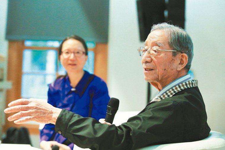 台大社工系教授楊培珊(左)與高齡90歲的父親楊崇本(右),透過藝術活動,拉進彼此...