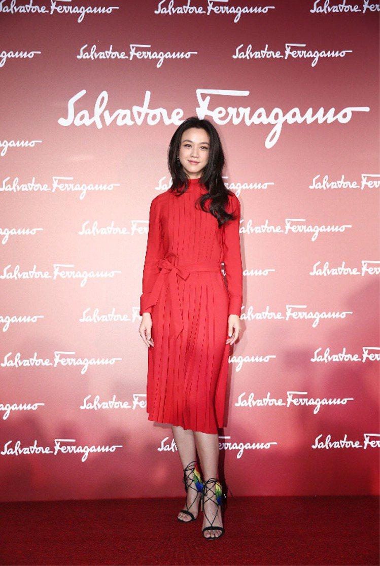 湯唯穿Ferragamo紅色羊毛蝴蝶結洋裝,搭配彩虹羽飾的Edgardo Oso...
