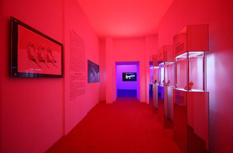 瑪麗蓮夢露的展覽空間以紅色呈現。記者陳若齡/攝影