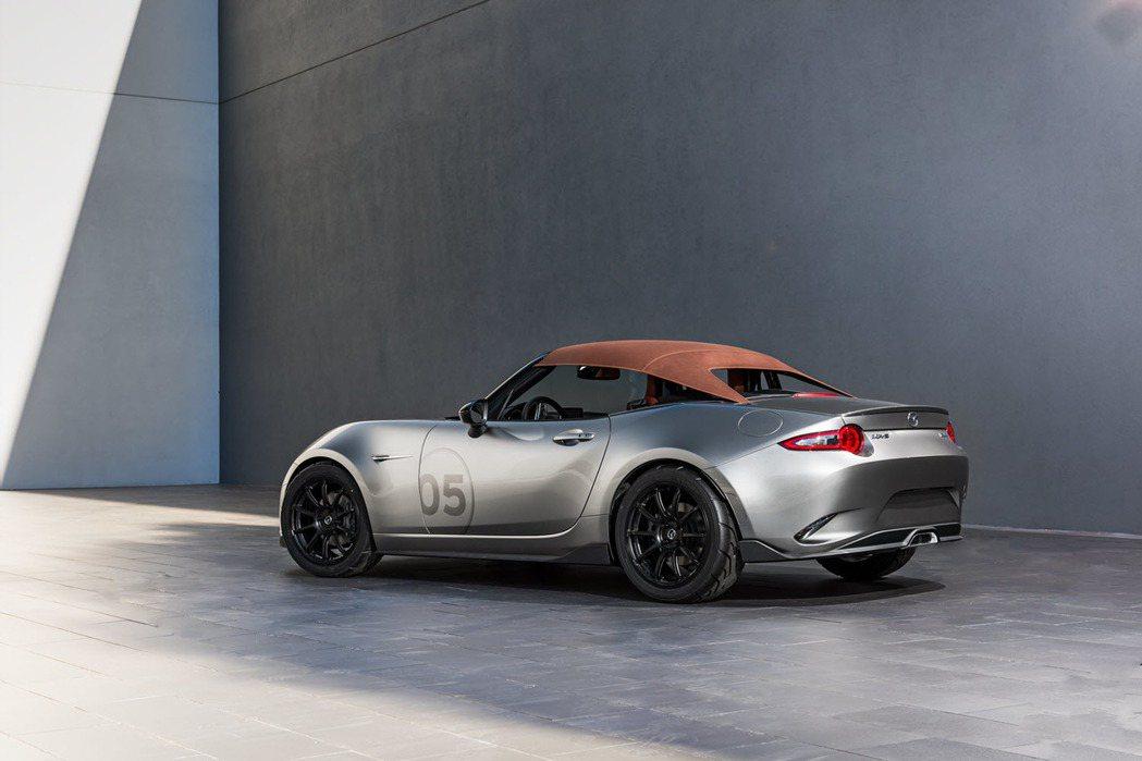採用軟頂敞篷設計的MX-5 Spyder Concept,外型看起來有點復古優雅...
