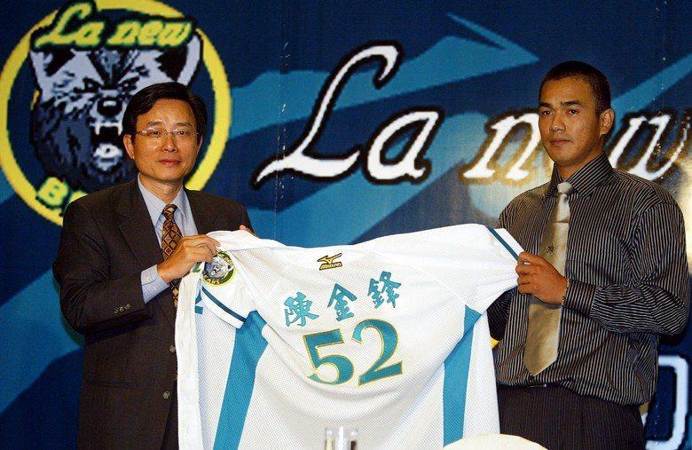 假若陳金鋒不是直到29歲「高齡」才以「選秀狀元」回到國內,那麼他的打擊紀錄該不僅...