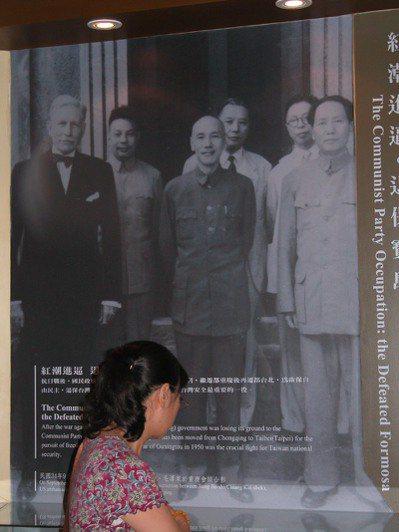 圖為桃園兩蔣文化園區展示國共時期蔣中正、毛澤東並肩合照的放大照片。 聯合報資...
