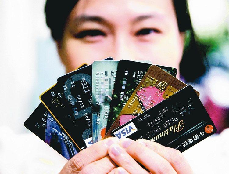 刷卡繳稅成趨勢,各家銀行也競推優惠方案。 本報系資料庫