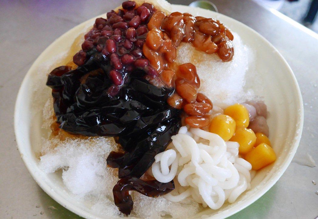 天熱時來上一碗料好豐富的米苔目冰,真是一大享受。 記者陳威任/攝影